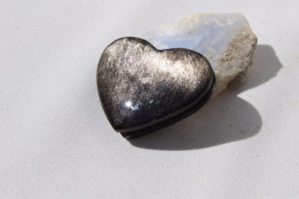 Corazón de obsidiana plateada