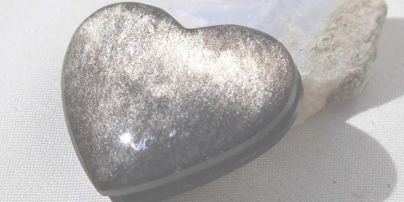 Corazón hecho de obsidiana plateada